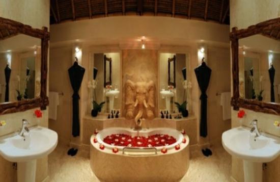 romantisches badezimmer mit elevanten plastik