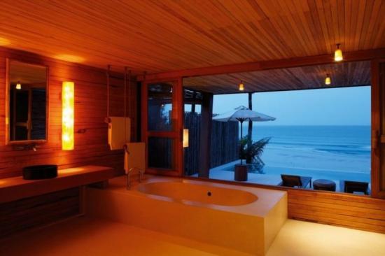 romantisches bad mit holz verdeckt