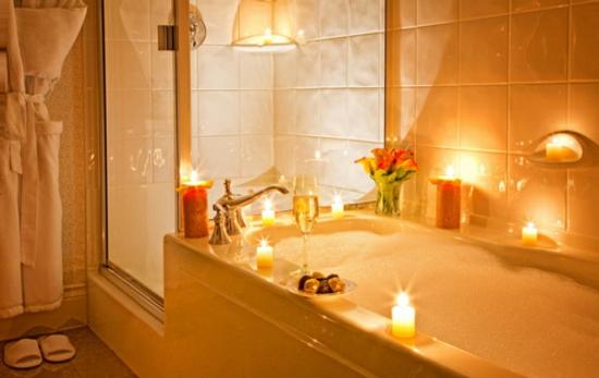 romantisches badezimmer orange kerzen