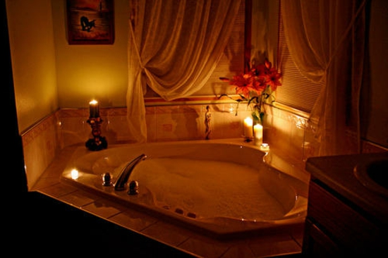 romantisches badezimmer schnittblumen und kerzenleuchter