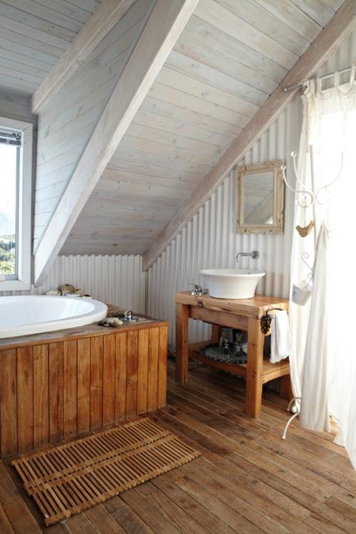 rustikales badezimmer eichenholz und weiße keramik