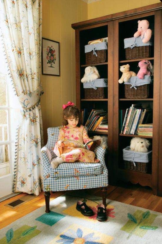 schlafzimmermöbel spielzeugregal mit geflochtenen körben