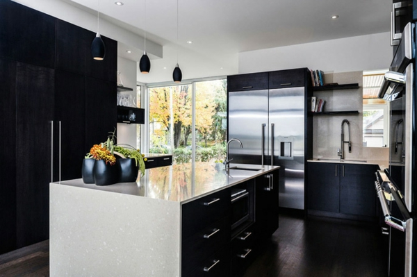 schwarz weiß hochglanz und spiegelblanker kühlschrank