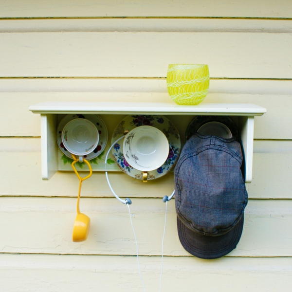 tee tassen an der wand zum sachen aufhängen