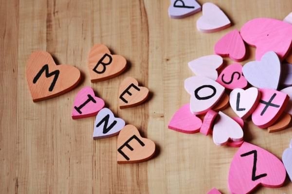 valentinstagsgeschenke holzherzen mit buchstaben