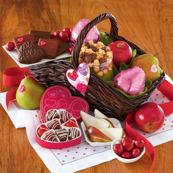 valentinstag geschenkkorb mit leckereien