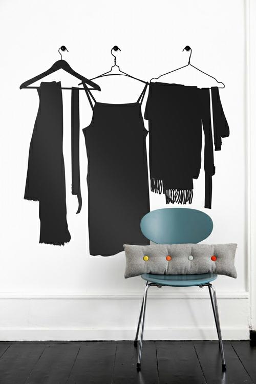 wandsticker wandtattoo wanddeko kleiderbügel schwarz stuhl kissen