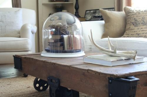 wohnaccessoires-glaskupel-voller-bücher-und-nest-mit-ei