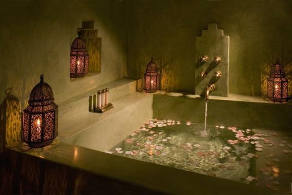 Badezimmer Deko zum Valentinstag badewanne blüten rosa