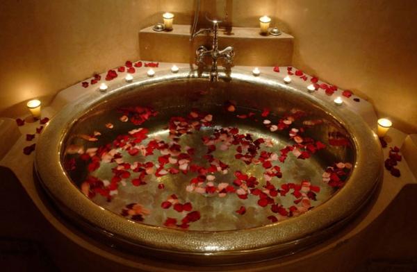 Badezimmer Deko Valentinstag badewanne rosenblüten leuchten