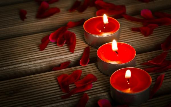 Badezimmer Deko zum Valentinstag rot kerzen glühen