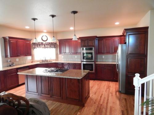 Bastelideen für alte Küchenschränke mahagoni rot marmor
