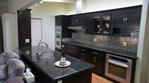 Bastelideen-für-alte-Küchenschränke-schwarz-oberfäche-textur