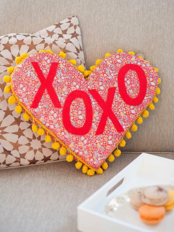 DIY Deko zum Valentinstag xoxo wurfkissen verziert