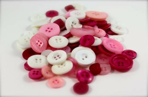 DIY Dekoideen zum Valentinstag knöpfe rosa weiß