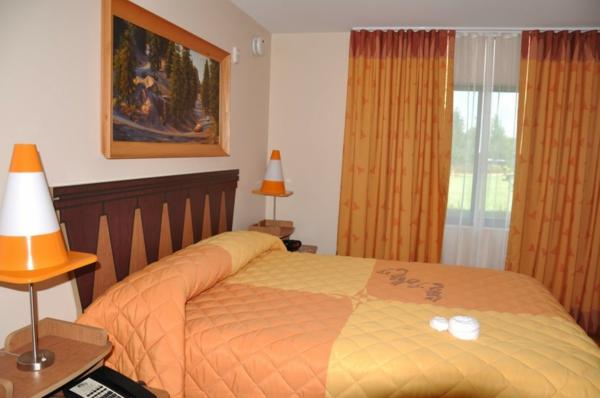 Das Schlafzimmer komplett gestalten orange gardinen bettwäsche