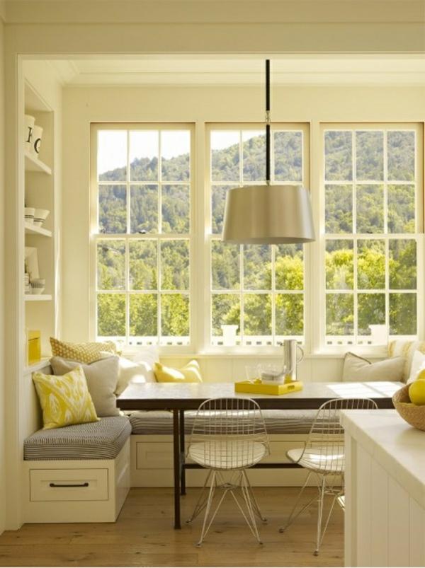Esstisch mit Stühlen gelbe details natur