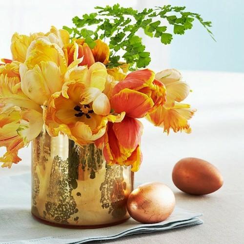 Festliche Dekoideen zu Ostern gartenblumen golden ostereier