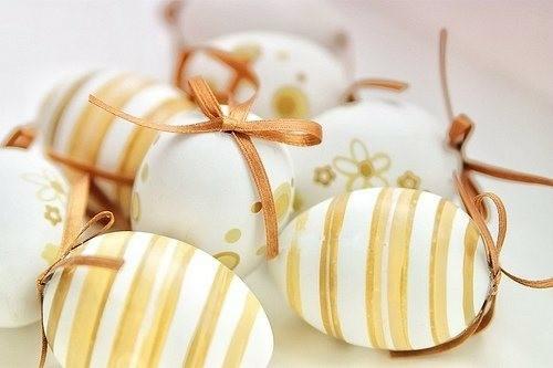 Dekoideen zu Ostern gelb braun schleife streifen