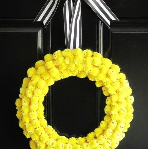 Festliche Dekoideen Ostern gelb küken kranz eingangstür