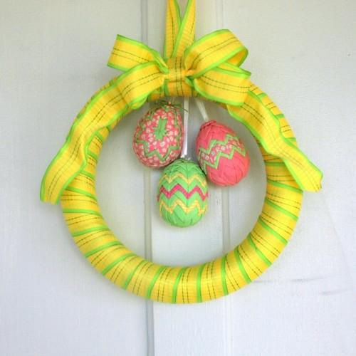 Festliche Dekoideen Ostern gelb kranz schaum