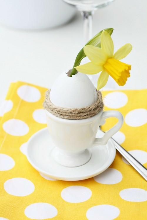 Festliche Dekoideen Ostern gelb narzissen eierschalen