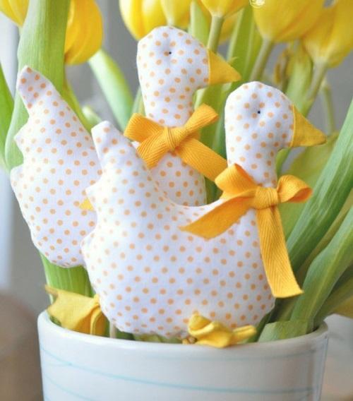 Festliche Dekoideen Ostern gelb plüsch ente getupft