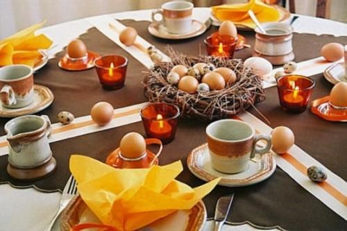Festliche Dekoideen Ostern gelb tisch kerzen