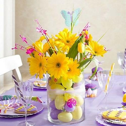 Festliche Dekoideen zu Ostern hängend glas eier gelb blumen