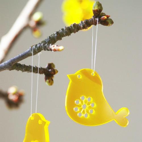 Festliche Dekoideen zu Ostern hängend vogel gelb
