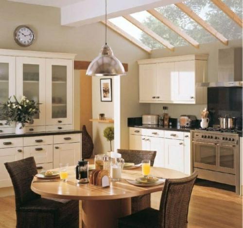Gemütliche Küche im Landhausstil einrichten dachfenster