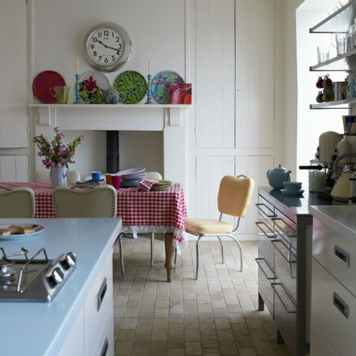 Gemütliche Küche im Landhausstil einrichten kamin wandteller