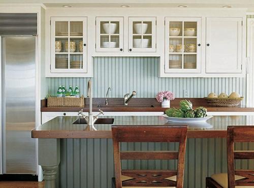 Gemütliche Küche im Landhausstil einrichten pflanzen stühle