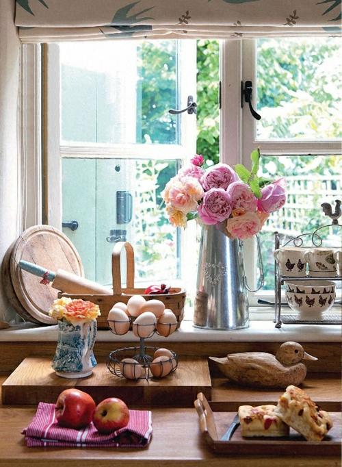 Gemütliche Küche Landhausstil einrichten rosen vase