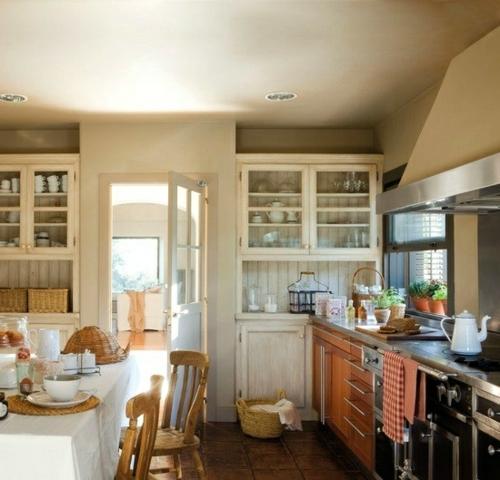 Gemütliche Küche  Landhausstil einrichten vitrine schrank glas