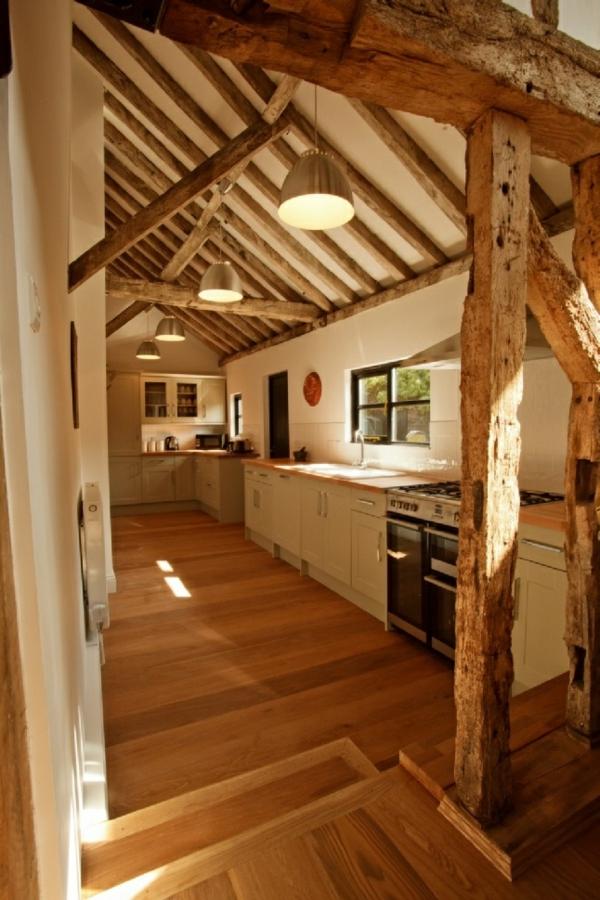 Küchen Designs  Landhausstil esstisch stühle holz balken bodenbelag