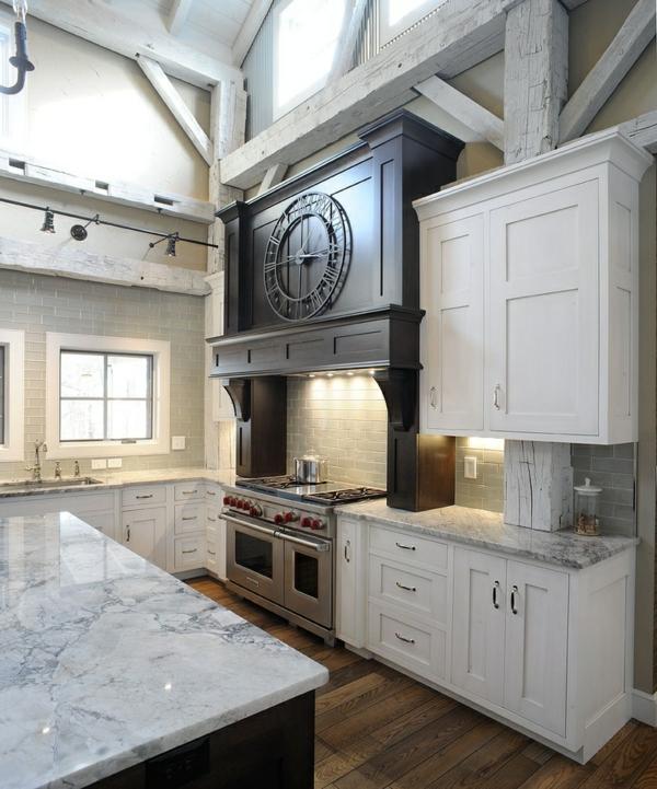 Küchen im Landhausstil esstisch wanduhr