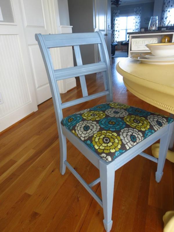 Küchentisch-mit-Stühlen-blau-lackiert-rücklehnen-auflage-blumenmuster