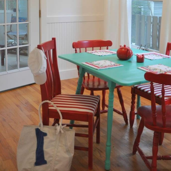 Küchentisch mit Stühlen bunt einrichtung rot grün streifen