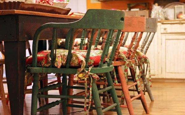Küchentisch  Stühlen grün rot klassisch abgenutzt