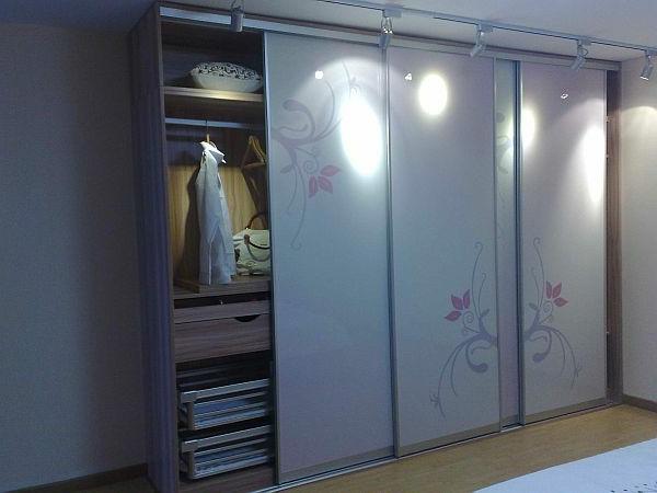 Der Kleiderschrank mit Schiebetüren - Möbel für modische Frauen: