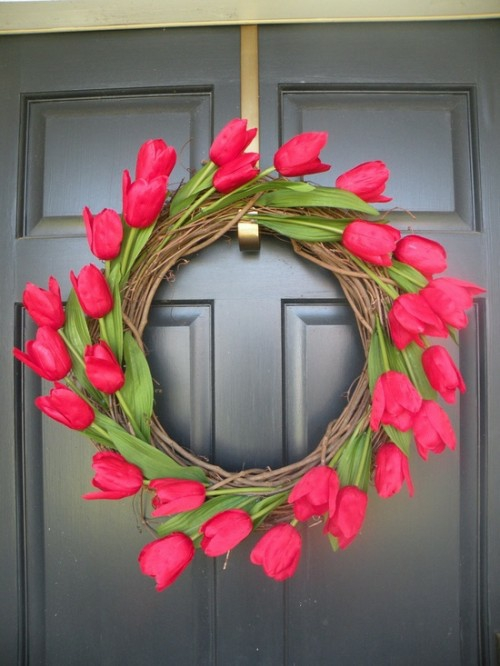 Kranz aus Frühlingsblumen basteln tulpen rot eingangstür