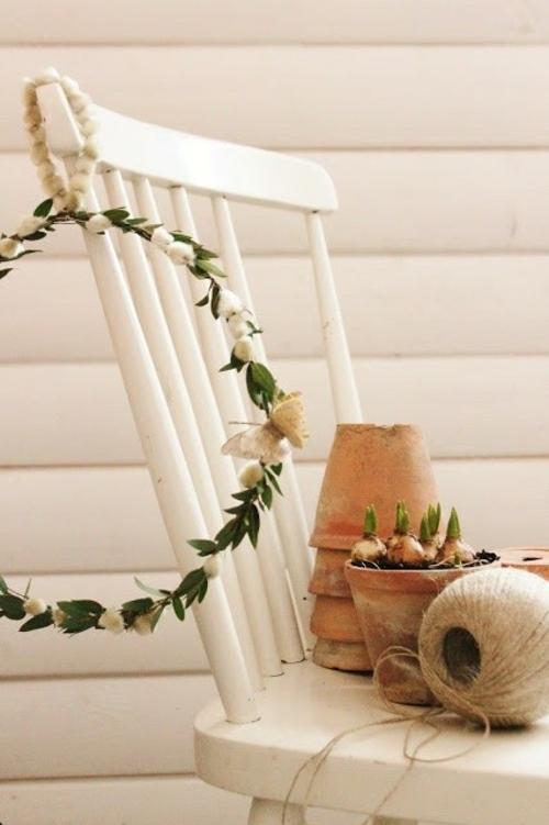 Kranz aus Frühlingsblumen basteln veranda stuhl weiß