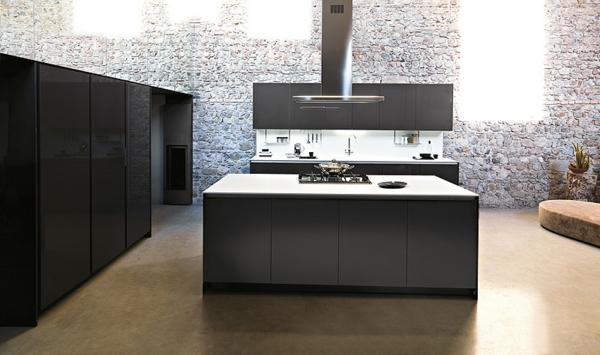 Moderne italienische Küche grau maskulin steinwand