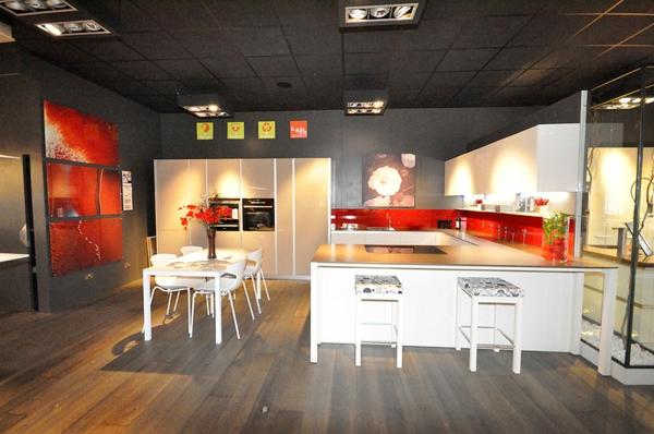 Moderne italienische Küche rot glänzend oberflächen