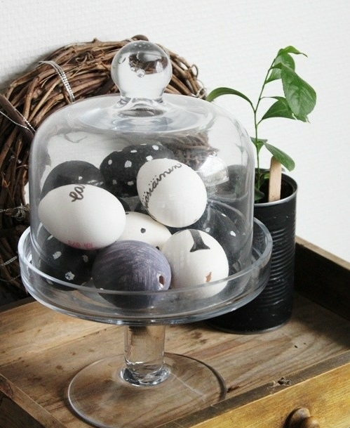 Ostereier in Schwarz-Weiß ausgestellt