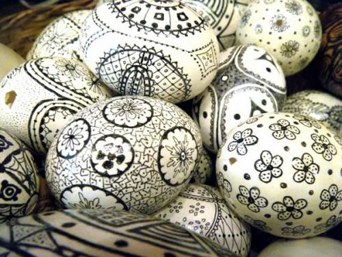 Ostereier in Schwarz-Weiß basteln