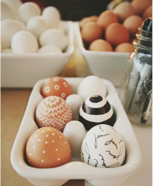 Ostereier in Schwarz-Weiß bemalen eierhalter