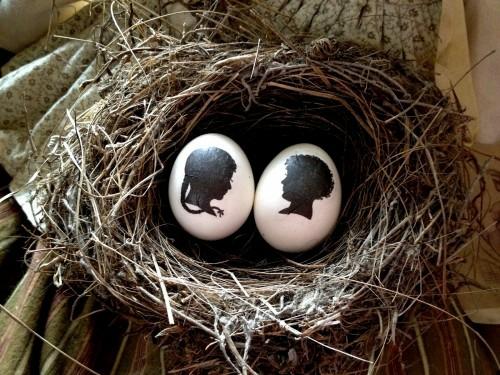 Ostereier in Schwarz Weiß bemalen mädchen junge Silhouette