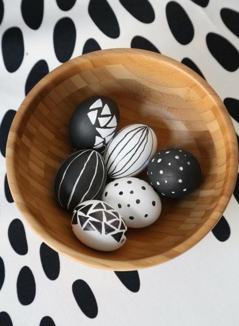 Ostereier in Schwarz Weiß holz